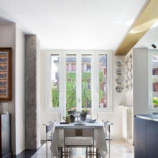 Diseño de comedor de tamaño medio, abierto, con suelo de mármol y paredes blancas