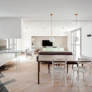 Esempio di una grande sala da pranzo aperta verso il soggiorno design con pareti bianche e parquet chiaro