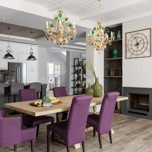 Свежая идея для дизайна: большая гостиная-столовая в стиле современная классика с серыми стенами, полом из керамогранита, двусторонним камином, фасадом камина из штукатурки и серым полом - отличное фото интерьера