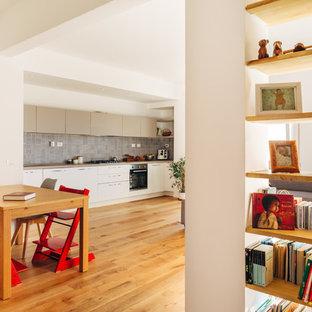 Idee per una grande sala da pranzo aperta verso il soggiorno contemporanea con pavimento in legno massello medio, pavimento marrone e pareti bianche