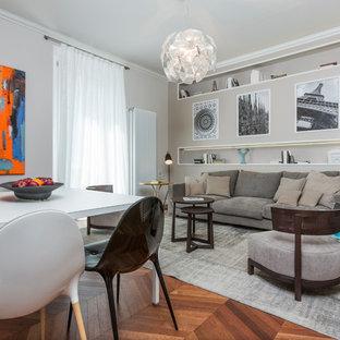 Foto di una sala da pranzo aperta verso il soggiorno minimal di medie dimensioni con pareti beige, pavimento in legno massello medio, nessun camino e pavimento marrone