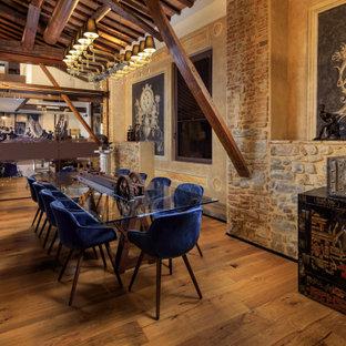 Ispirazione per una sala da pranzo mediterranea con pareti marroni, pavimento in legno massello medio, pavimento marrone, travi a vista e soffitto a volta