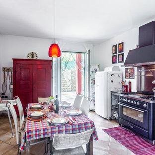Esempio di una sala da pranzo aperta verso la cucina country con pareti bianche e pavimento marrone