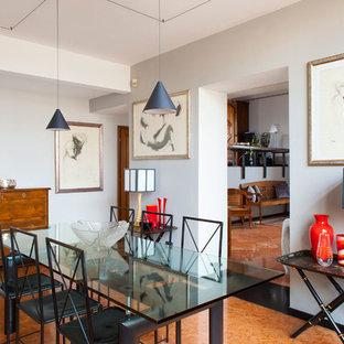 Idee per una sala da pranzo minimalista chiusa con pareti bianche, pavimento in terracotta e pavimento rosso