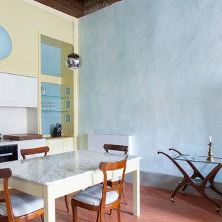 Foto di una sala da pranzo aperta verso la cucina design con pareti blu, pavimento in terracotta e pavimento rosso