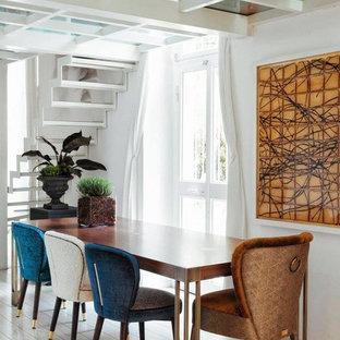 Esempio di una sala da pranzo design con pareti bianche e parquet chiaro
