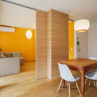 Esempio di una sala da pranzo aperta verso il soggiorno moderna con parquet chiaro, pareti bianche e pavimento beige