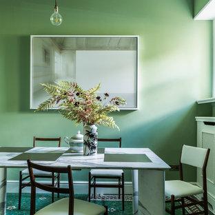 Réalisation d'une salle à manger victorienne avec un mur vert, aucune cheminée et un sol multicolore.