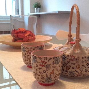 Imagen de comedor de cocina actual, de tamaño medio, sin chimenea, con paredes blancas, suelo de baldosas de terracota y suelo rosa