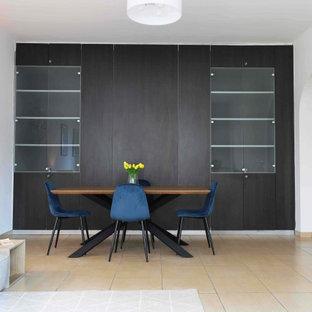 Esempio di una sala da pranzo aperta verso il soggiorno contemporanea di medie dimensioni con pareti bianche, pavimento in gres porcellanato e pavimento beige