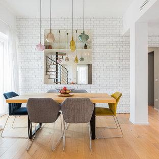 Ispirazione per una sala da pranzo minimal con pareti bianche, pavimento in legno massello medio e pavimento marrone