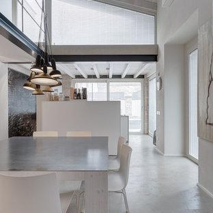 Неиссякаемый источник вдохновения для домашнего уюта: огромная гостиная-столовая в современном стиле с белыми стенами
