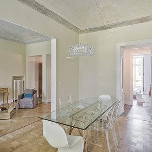 Ispirazione per una sala da pranzo mediterranea con pareti beige, parquet chiaro e nessun camino