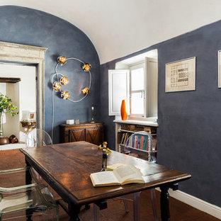 Aménagement d'une salle à manger éclectique fermée avec un mur bleu, un sol en carreau de terre cuite, un sol rouge et aucune cheminée.