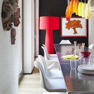 Immagine di una sala da pranzo bohémian con pareti nere, parquet chiaro e pavimento beige