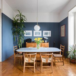 Esempio di una sala da pranzo tradizionale con pareti blu, pavimento in legno massello medio e pavimento marrone