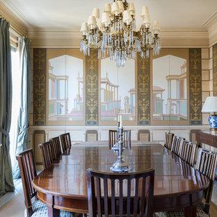 Ispirazione per una sala da pranzo classica chiusa con pareti marroni e pavimento bianco