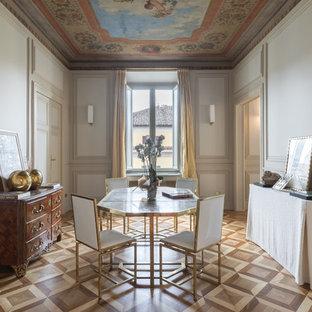 Ispirazione per una sala da pranzo tradizionale chiusa con pareti bianche, pavimento in legno massello medio e pavimento marrone