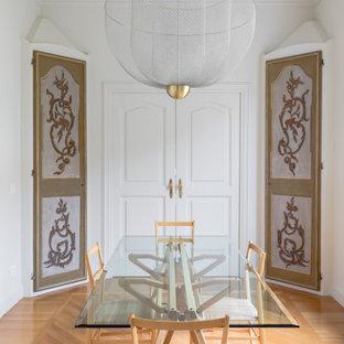 Immagine di una sala da pranzo contemporanea con pareti bianche, pavimento in legno massello medio e pavimento marrone