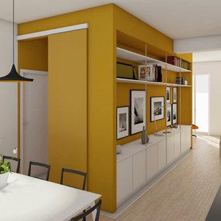 Immagine di una sala da pranzo aperta verso la cucina minimal di medie dimensioni con pareti gialle, pavimento in laminato e pavimento beige