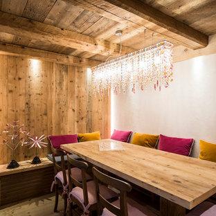 Immagine di una sala da pranzo rustica chiusa con pareti bianche e parquet chiaro