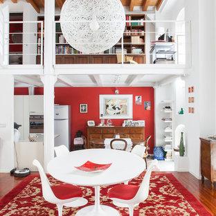 Immagine di una sala da pranzo aperta verso il soggiorno minimal con pareti bianche, pavimento marrone e pavimento in legno massello medio