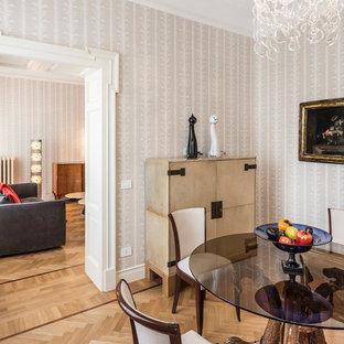 Ispirazione per una sala da pranzo bohémian chiusa con pareti beige, parquet chiaro e pavimento beige