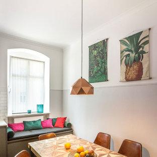 Kleine Moderne Wohnküche ohne Kamin mit hellem Holzboden und braunem Boden in Berlin