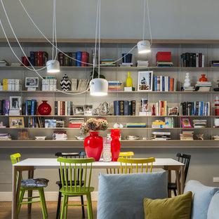 Esempio di una sala da pranzo aperta verso il soggiorno minimal di medie dimensioni con pareti multicolore e pavimento in legno massello medio