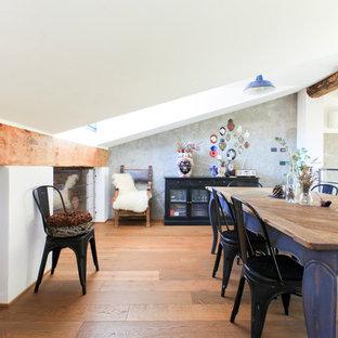 Ispirazione per una sala da pranzo mediterranea con pareti bianche, pavimento in legno massello medio e pavimento marrone