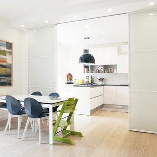 Idee per una sala da pranzo contemporanea di medie dimensioni con pareti bianche, pavimento beige e pavimento in gres porcellanato