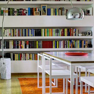 Foto di una sala da pranzo minimal di medie dimensioni con pareti bianche, pavimento in legno massello medio e nessun camino