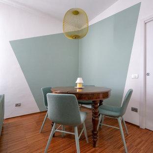 Esempio di una sala da pranzo minimal con pareti multicolore e parquet scuro