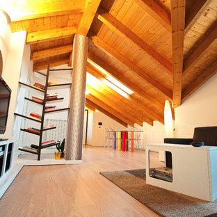 Ispirazione per una sala da pranzo moderna chiusa e di medie dimensioni con pareti bianche e parquet chiaro