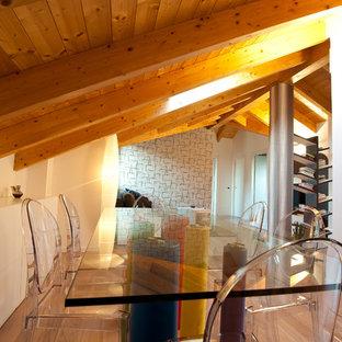Modelo de comedor moderno, de tamaño medio, cerrado, con paredes blancas y suelo de madera clara