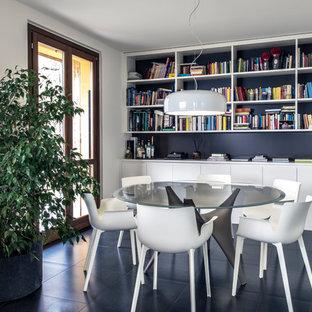 Idee per una sala da pranzo minimal con pareti bianche, pavimento in ardesia, pavimento nero e nessun camino