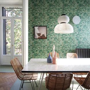 Пример оригинального дизайна интерьера: гостиная-столовая среднего размера в стиле фьюжн с зелеными стенами, деревянным полом и фиолетовым полом без камина