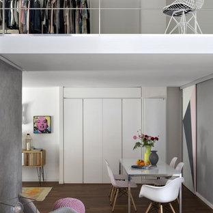 Esempio di una piccola sala da pranzo aperta verso il soggiorno design con pareti bianche, pavimento marrone e parquet scuro