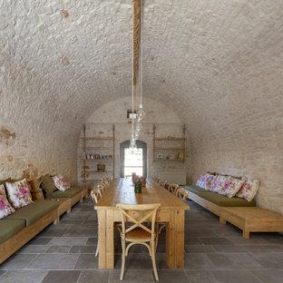 Idee per una sala da pranzo mediterranea con pareti bianche e pavimento grigio