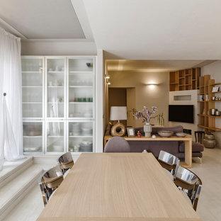 Ispirazione per una sala da pranzo aperta verso il soggiorno minimal di medie dimensioni con pareti bianche, pavimento bianco, pavimento in legno verniciato e nessun camino