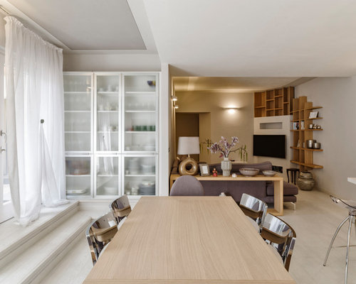 Sala da pranzo contemporanea con pavimento in legno verniciato ...