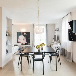 Idee per una sala da pranzo aperta verso il soggiorno minimal di medie dimensioni con pareti bianche, parquet chiaro, camino bifacciale e pavimento marrone