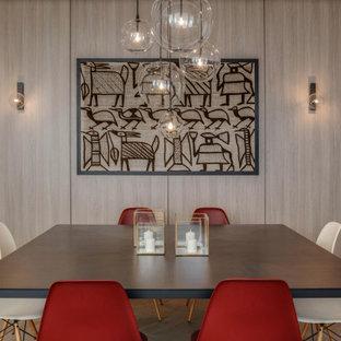 Foto di una grande sala da pranzo aperta verso il soggiorno contemporanea con parquet chiaro, pavimento beige e pareti beige