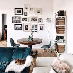 Idee per una piccola sala da pranzo aperta verso il soggiorno scandinava con pareti bianche, parquet chiaro e pavimento beige