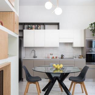 Esempio di una sala da pranzo aperta verso la cucina moderna con pareti bianche e pavimento bianco