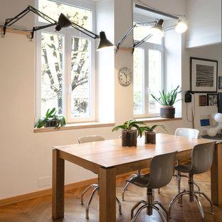 Ispirazione per una grande sala da pranzo scandinava con pareti grigie, pavimento in legno massello medio e pavimento marrone