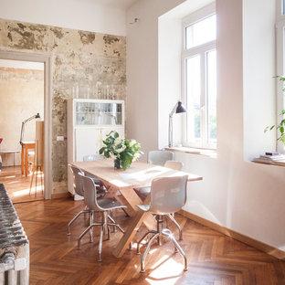 Foto di una sala da pranzo aperta verso la cucina contemporanea di medie dimensioni con pareti bianche e pavimento in legno massello medio