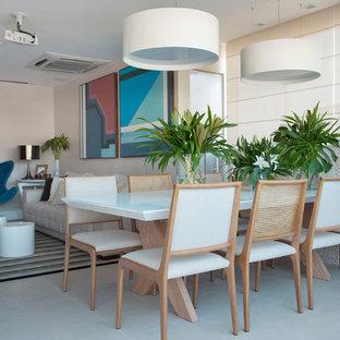 Immagine di una sala da pranzo design di medie dimensioni con pareti beige e pavimento bianco