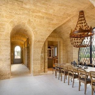 Immagine di una sala da pranzo mediterranea con pareti beige e pavimento beige