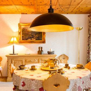 Idee per una sala da pranzo mediterranea di medie dimensioni con pareti bianche e moquette